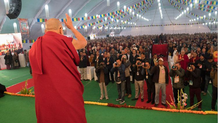 "Sua Santità il Dalai Lama saluta il pubblico al suo arrivo nella sede del convegno ""Mind in Indian Philosophical Schools of Thought and Modern Science"" presso il Central Institute of Higher Tibetan Studies di Sarnath, Varanasi, 30 dicembre 2017. Foto di Lobsang Tsering"