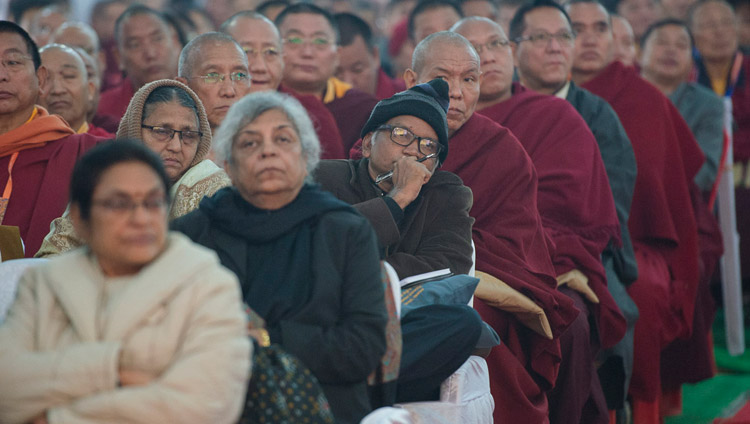 "Il pubblico ascolta il discorso di apertura di Sua Santità il Dalai Lama durante la sessione inaugurale della conferenza ""Mind in Indian Philosophical Schools of Thought and Modern Science"" presso il Central Institute of Higher Tibetan Studies di Sarnath, Varanasi,  30 dicembre 2017. Foto di Lobsang Tsering"