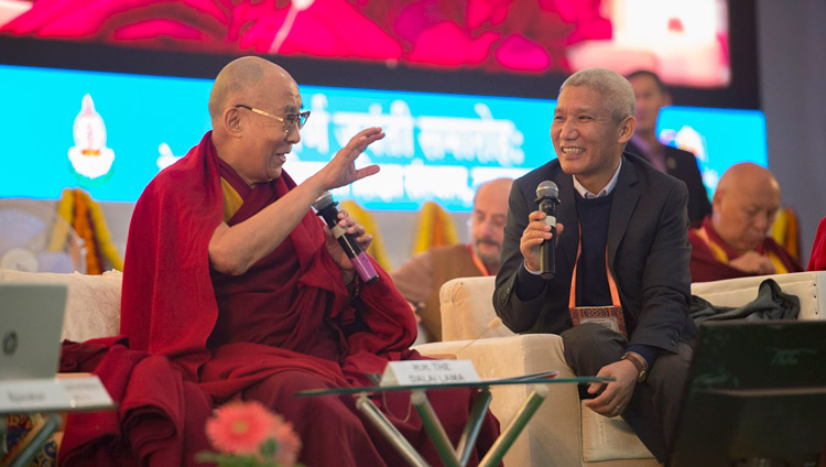 "Sua Santità il Dalai Lama durante la conferenza ""Mind in Indian Philosophical Schools of Thought and Modern Science"" presso il Central Institute of Higher Tibetan Studies di Sarnath, Varanasi, 30 dicembre 2017. Foto di Lobsang Tsering"