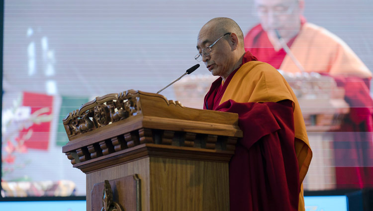 Geshe Ngawang Samten durante il discorso di benvenuto al Central Institute of Higher Tibetan Studies, in occasione della celebrazione del Giubileo d'Oro. Sarnath, 1 gennaio 2018. Foto di Tenzin Phuntsok