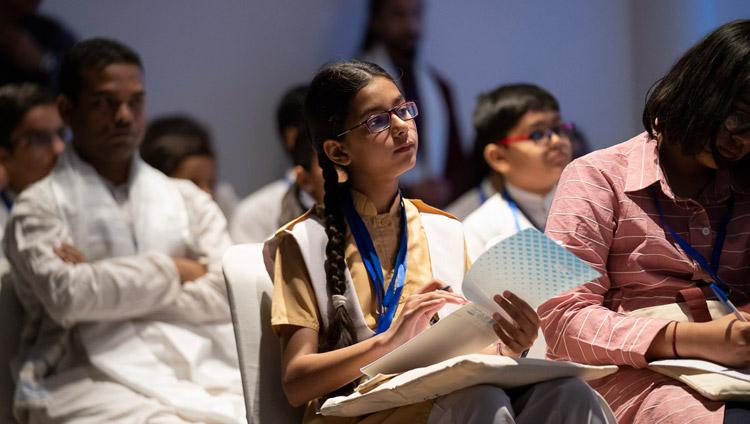 Alcuni studenti dei Paesi dell'Asia meridionale ascoltano Sua Santità il Dalai Lama durante il loro incontro a Nuova Delhi, India, il 4 aprile 2019. Foto di Tenzin Choejor