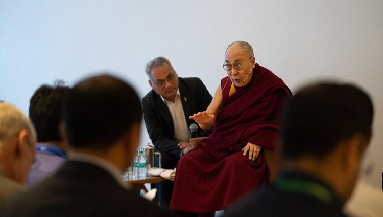 Sua Santità il Dalai Lama parla a un gruppo di studenti e insegnanti - provenienti dai paesi dell'Asia meridionale - che hanno partecipato a workshop sui valori universali e sull'etica laica. Nuova Delhi, India, il 4 aprile 2019. Foto di Tenzin Choejor